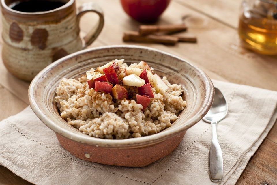 Raw Vegan Oatmeal Breakfast Recipe With Cinnamon and Apples